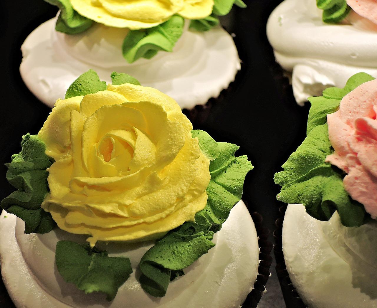 Tort udekorowany kremowymi różami czyli jak zrobić róże z bitej śmietany